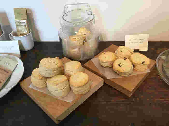 パン、クッキー、スコーンやケーキ...コーヒーに合うフード類も充実しています。やはりここもホームメイドでどれも抜かりなく丁寧な味。パッケージがかわいいビスケットなど、お土産にプレゼントしても喜ばれそうです。