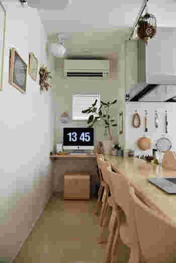 パソコン1台おけるようなスペースでも作業によっては十分なこともありますよね。こちらは、カウンターキッチンの一角をワークスペースとしている例。