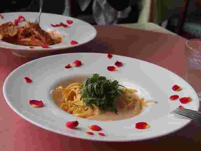 バラ園に併設しているおしゃれなカフェレストラン「PIZZERIA Lucci  (ピッツェリア ルッチ)」では、薪窯で焼き上げる本格なもちもちナポリピッツァなど、イタリアン料理を楽しめます。美しいバラ園を眺めながらお食事できるため、休憩などにもぜひ立ち寄ってみてくださいね。
