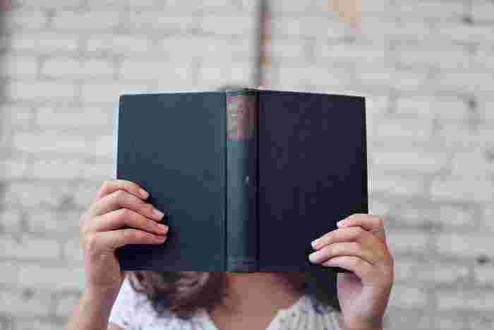 """本はもっとも身近な学びの場です。どんなに素晴らしい本に出会っても、読みっぱなしにしていてはもったいないですよね。「読書ノート」を作ることで、学びや知識が記憶に残り、""""あなただけの教科書""""に育っていくのです。今回ご紹介したなかから、ご自身に合った方法で「読書ノート」を作ってみてくださいね。"""