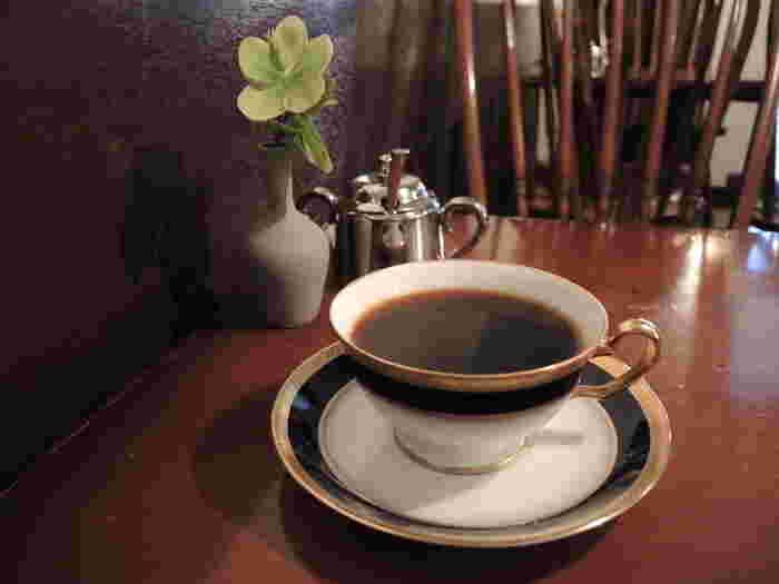 アナログレコードのBGMと共にいただくコーヒーはほっこりと気分を和ませてくれます。コーヒーについて詳しく知らなくても、コーヒーに興味が湧くこと間違いなしです。