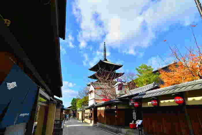 歴史的建築物や古社名刹など…いたるところに伝統美が宿り、古都の情緒に浸れる人気観光地「京都」。日本らしさを求める外国人旅行客が多く訪れ、盛り上がりを見せています。