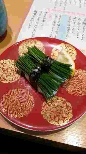 芽ネギをたっぷりのせた変わり種の寿司も人気。シャキシャキとした芽ネギにレモンを絞って召し上がれ♪