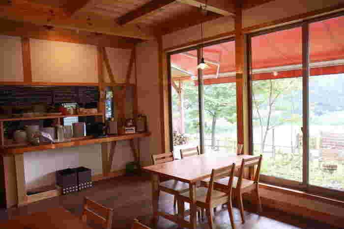 外観同様、内部も木がふんだんに使用されており、居心地ばつぐん。窓際の特等席で周囲の緑を眺めながら、ゆったり食事を楽しめば、最高に贅沢な休日になりそう。