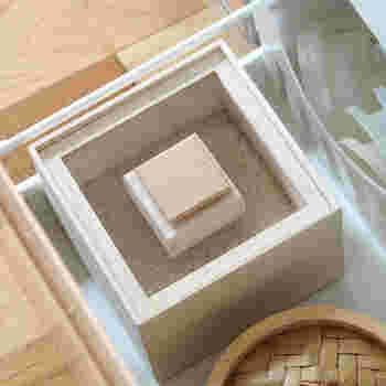 桐箱の老舗、増田桐箱店の桐の米びつ。あえてキッチンの目立つところに置いておきたくなる、おしゃれでモダンなデザイン。桐本来の虫を寄せ付けない成分に加えて、湿度を一定に保とうとする調湿能力も兼ね備えているから、虫やカビなどからしっかりお米を守ってくれます。