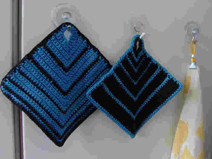 アクリルたわしを編む要領で、少し大きめに編んでみましょう。糸をコットン糸で編めばフキンに、ウールなら鍋つかみとしても使えますよ。