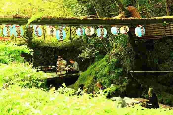 夏の風物詩として欠かせない、「貴船川(きぶねがわ)」の川床(かわどこ)。新鮮なアユ料理などが堪能できます。とても風流ですね。