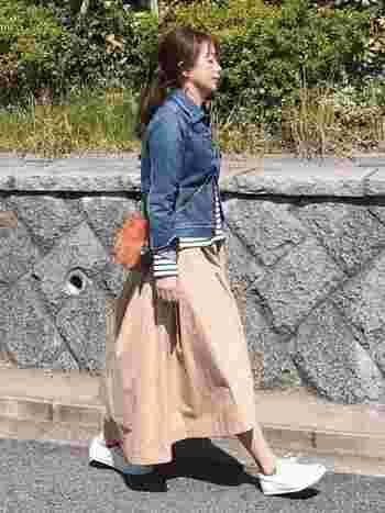 デニムジャケット、ボーダートップス、ベージュのロングスカートスタイルにも白いコンバースがぴったり。くるぶしソックスで足首を見せて抜け感を出しましょう。
