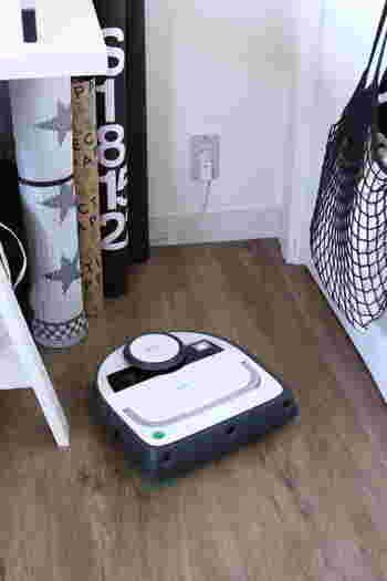 自動で家中の床を掃除してくれるロボット掃除機。外出している間に掃除が完了するので、とっても楽なんです。ゴミを吸い込むだけでなく、拭き掃除もできる機種もあります。