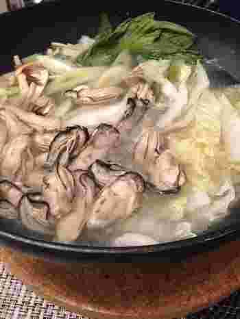 冬のお鍋といえば、牡蠣が外せないという人も多いのでは? 生食用の牡蠣ならしゃぶしゃぶでも頂けます。 濃厚な牡蠣の旨味とさっぱりポン酢の相性はバツグン! レモンをギュッと絞るのも美味しそうです♪