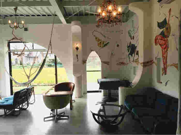 豊郷小学校から車で約10分。住宅街の中にひょっこり現れる「ルワム」はアジアンな雰囲気が楽しめるカフェ。周りに目印が少ないので注意しながら訪れてみて下さい。