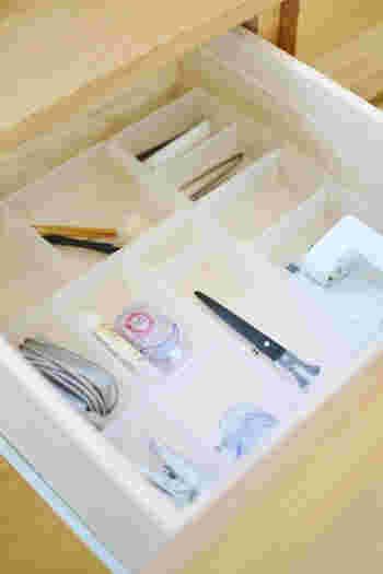 細かいモノは、仕切りのあるケースに入れて収納すると取り出しやすくなります。小さなトレーや仕切り板などを使って整理してみてください。