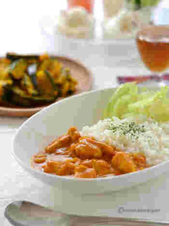 たくさんの野菜を煮込んで作るカレーは美味しいですが、材料を揃えて下ごしらえに手間がかかるもの。そんな時は野菜ジュースが便利です。ココナッツミルクも加えて、奥深い美味しさに♪