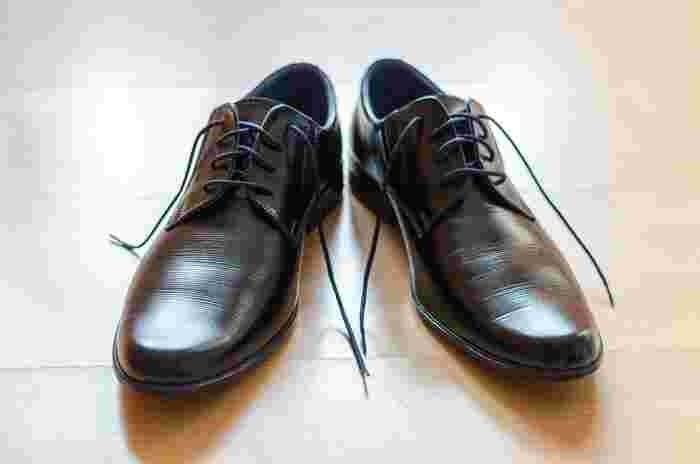 秋は、ワンピースも一枚で着たり重ね着したりとコーディネートの幅も広がる楽しい季節です。「おしゃれは足元から」というように、同じワンピースでも足元を変えるだけでグッと着こなしも秋顔に。そこで今回は、秋のファッションを盛り上げてくれる素敵な「革靴」をご紹介したいと思います。