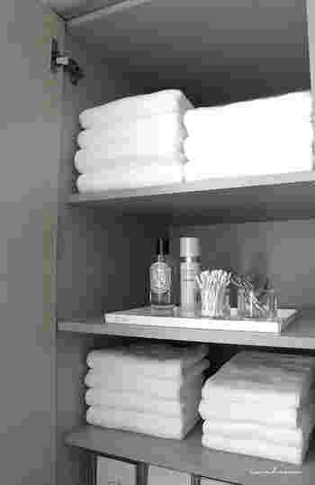 洗面所の収納棚に平置きするとホテルライクに。平置きすることでタオルが崩れずキレイな状態をキープできます。 重ねた上から取って使うので、必要以上重ねてしまうと下のタオルがずっと使われないままになってしまいます。1日に家族が使う枚数だけ重ねておくようにしましょう。