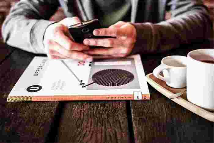 カフェはコーヒーを飲むだけの場所でなく、フランスのカフェがそうであるように文化と情報の発信拠点。とりわけパリではカフェがなければ始まらないという程、カフェは生活のベース。カフェが都市の景観をつくりライフスタイルを提案していくのです。そんな街のサードプレイス(オアシス)といえるカフェも独自のアイデンティティを持ち私たちにインパクトを与えてくれるようになりました。自分を表現できる場所を見つけて遊んでみませんか?新しい発見があるかもしれませんよ!