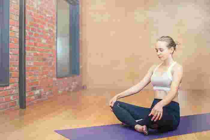 瞑想やヨガなどで心を落ち着かせてみるのもいいかも。その日の自分の体調と向き合いながら、心地よく心と身体を整えていきましょう。