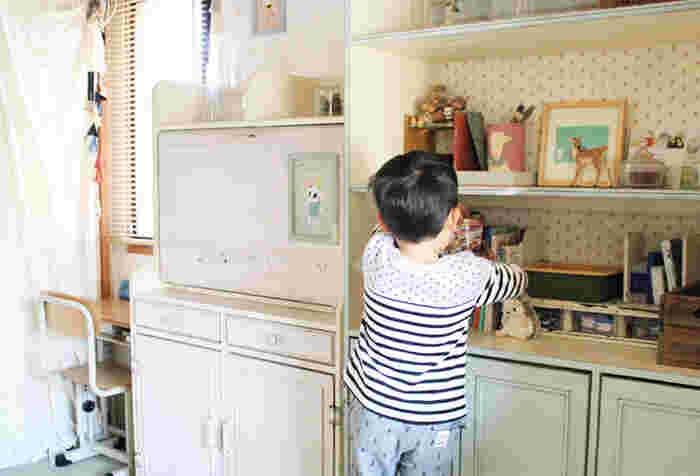 オープンラックにお気に入りの雑貨やおもちゃを飾りながら収納。すっきりとしたお部屋もいいけれど、お気に入りのグッズが雑然と並んだ空間も温かみがありステキですよね。