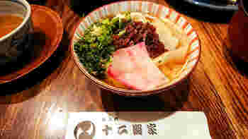新潟産コシヒカリのご飯、出汁巻や味噌汁など、風味豊かな料理を味わうことができます。自家製の漬物もとにかく美味しい!各地から多くのファンが集まる伝統の味です。ちゃぶ台でいただく、落ち着いた店内も魅力の一つですよ。