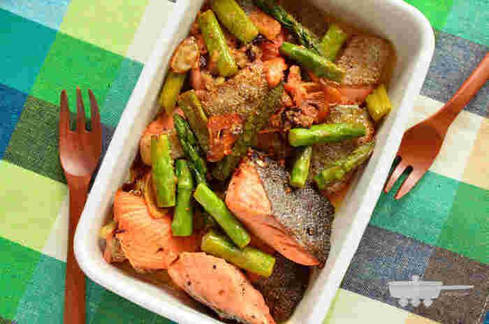 簡単なのに食卓がパッと華やかに見える、鮭とアスパラのアーリオ・オーリオ風です。調味料は塩こしょう、レモン汁、オリーブオイル、赤唐辛子、にんにくのみ。このシンプルな味付けが、素材のうまみを一層引き立てます。