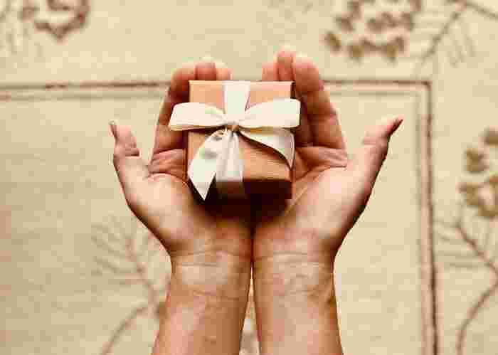 「ちょっとした」プレゼントというのがポイント。あまりにも高額だったり豪華すぎると、受け取った側が気後れしてしまいます。相手がもらっても負担に感じない、手ごろなお値段のさりげないギフトがベスト。プレゼントとともにメッセージカードを添えることもお忘れなく。