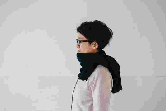 筒型に編まれたロングスヌードは、頭からすっぽりと被って頭や耳を温めたり、マフラーのようにクルクルと巻いたりと、シーンやコーディネートに合わせて様々な使い方が楽しめます。また、極細繊維を使用した薄手生地で作られているので、秋冬だけでなく、春先の体温調整や夏の冷房対策にも活躍してくれますよ◎。