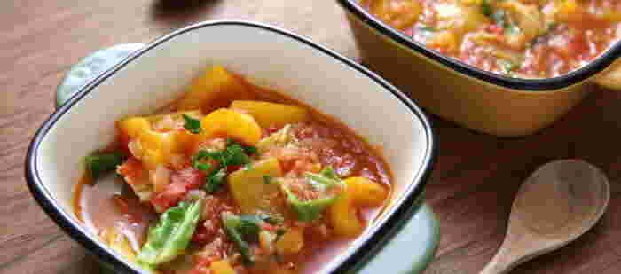 パプリカやキャベツで彩り豊かになるトマトスープ。みじん切りしたタマネギとニンニクを加えているのがおいしさの秘訣です。クミン使っているのでスパイシーな香りで、食欲がそそりそう!