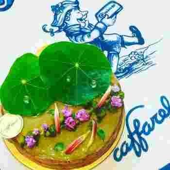 ■モネの名画「睡蓮」からインスピレーションを受たという、まるでアート作品のようなタルト。 蓮の葉に見立てたナスタチウムの葉やエディブルフラワーが涼しげな印象を演出。 グレープフルーツのマーマレードなどがさわやかで、クールダウンにもぴったり!