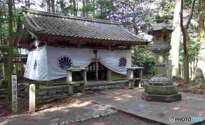 「奥の院・魔王殿」は、護法魔王尊が降臨した場所として崇拝されてきました。この魔王殿から山を下っていくと、貴船神社に行くこともできます。