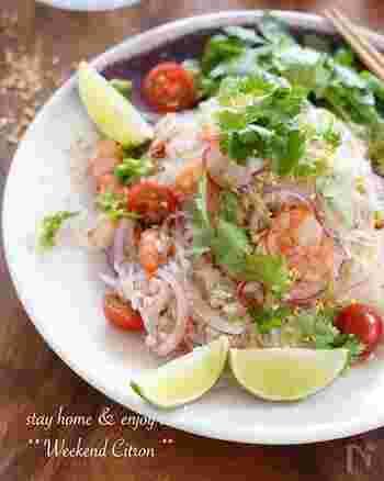 タイ料理の定番サラダ、ヤムウンセンば、酸っぱ辛い味がやみつきに。紫玉ねぎが、彩りと食感のアクセントを加えます。