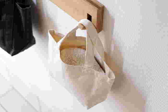 ニット帽など引っ掛けるのが難しいやわらかい帽子なら、バッグなどに入れて収納すると◎その時に使うバッグはしっかりめの素材で、口が大きく開くものだと出し入れがしやすくなるでしょう。