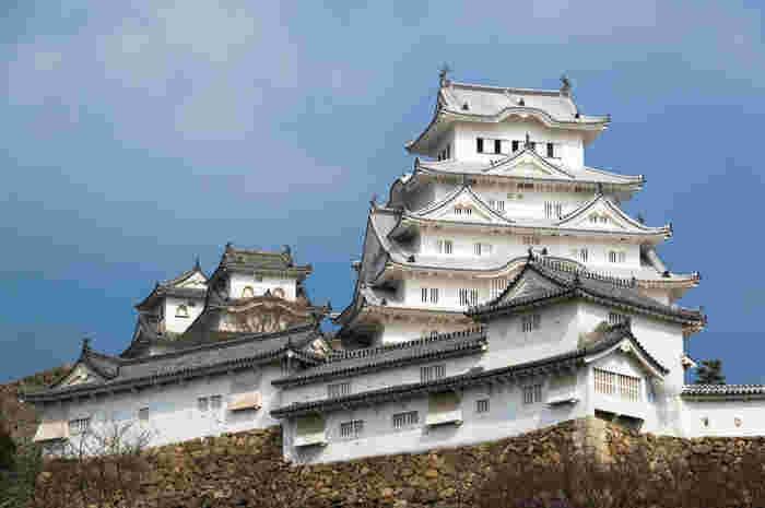 姫路城のシンボルでもある大天守は、3つの小天守と共に国宝に指定されています。陽射しを浴びて輝く白壁、凝った衣装が施された窓、唐破風の屋根瓦が織りなす姫路城大天守は一枚の掛軸のような美しさです。