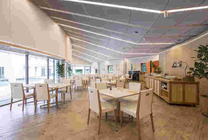 清潔感のある白を基調とした、大きなガラス張りの広々とした店内。テーブルとテーブルの間がゆったりしているので、居心地よく過ごせます。