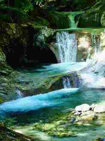 全国にはまだまだ素晴らしい絶景の滝スポットがいっぱいあります。水がしぶきを上げて流れ落ちる滝の風景を眺めていると、日頃の疲れもストレスも全て洗い流されていくかのように、気分がスッキリしますよ!涼しいだけではない、自然のエネルギーいっぱいの滝スポットをぜひ訪れてみてくださいね。