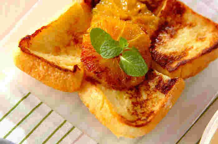 焦げ目のついたオレンジが爽やかなフレンチトースト。卵液をたっぷり染み込ませた甘い食パンに、オレンジの酸味が絶妙なスペシャルレシピです。