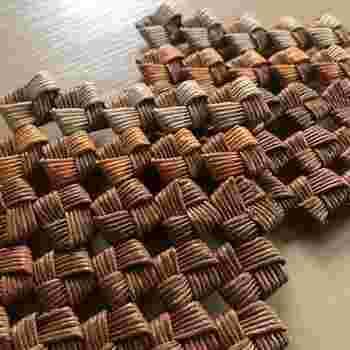 四角の形に繰り返し編み込んでいく「四つだたみ(石畳み)」編みでコースターを作ってみましょう。しっかりと編み込んでいくので、耐久性のある丈夫な仕上がり。一見難しそうですが、コツを掴めば意外と簡単に作れます。