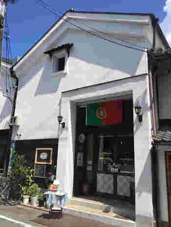 北野白梅町からすぐ近くにある「カステラ ド パウロ」は元造り酒屋の蔵を利用したお店。日本のカステラ作りを学んだポルトガル人のオーナーが手掛ける、どこか懐かしくて温かいポルトガルの伝統菓子が大人気のお店です。