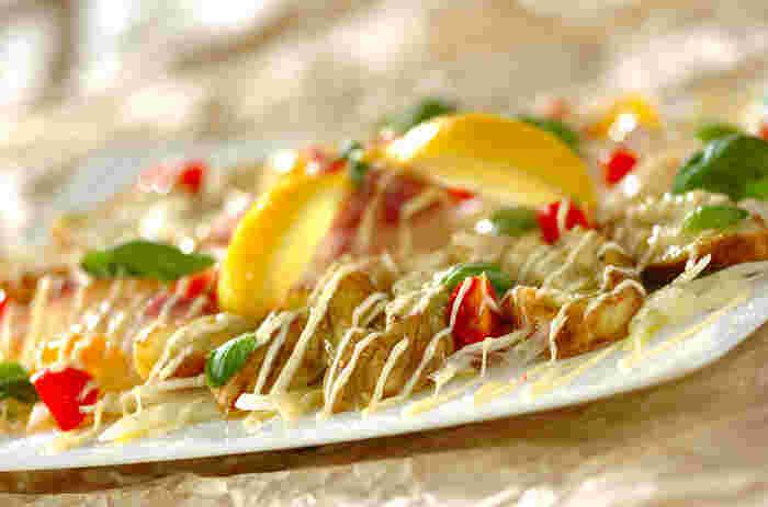 焼きナスを白身魚と一緒にカルパッチョにするというアイデア料理。トマト・バジル・レモンの鮮やかな彩りが食卓を華やかにしてくれそうです。