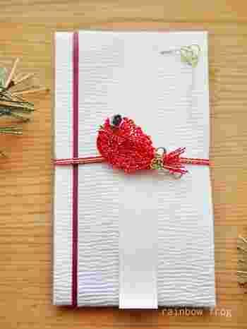 波の上で跳ねる鯛。最上級の手すき和紙を使用した祝儀袋は、まさしく「おめで鯛」ですね。受け取ったら、思わず笑みがこぼれます。