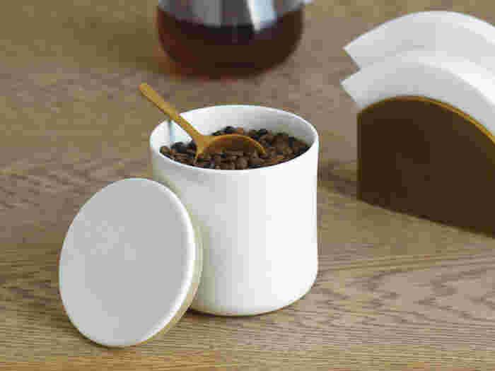 香り豊かなコーヒーを長く楽しむには、良い保存状態を保つことが大切です。香りが命のコーヒーは、できるだけ空気に触れないよう密閉容器に移しましょう。直射日光の当たらない場所に保管することも忘れずに。