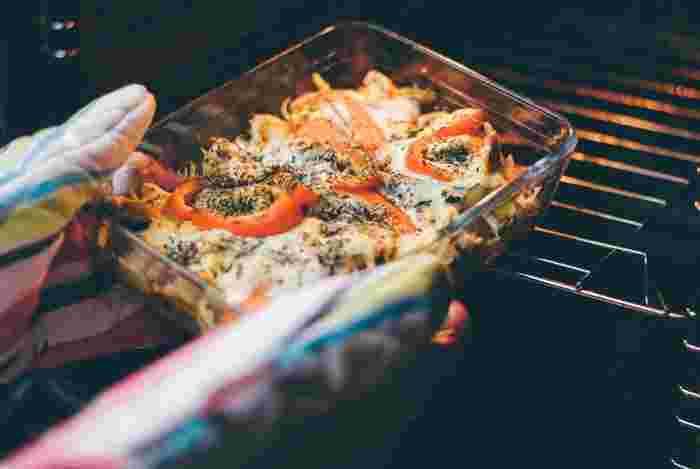 オーブン料理の中には、バットに食材を並べて後はオーブンにお任せ!のとっても簡単なレシピもたくさん。オーブンに入れた後は待ってるだけで、洗い物が少ないのも嬉しいところ。そこで今回は、簡単なのにごちそうに見えるとっておきのオーブン料理レシピをご紹介します。