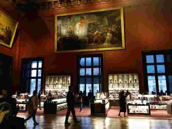 パリは美術館の宝庫。大小様々な美術館があちこちにあり、アート好きや観光客を飽きさせません。大きな美術館にはミュージアムショップが併設されており、オリジナルミュージアムグッズがたくさんラインナップされています。色々な種類のグッズがあるので、自分の記念用にも、お友達へのお土産にもよさそうです。