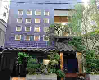 浅草駅から5分ほどのところにある「小柳」。創業1926年の老舗うなぎ店。2013年にリニューアルしましたが、以前の建物は、NHKテレビ小説の舞台になったこともあるそう。
