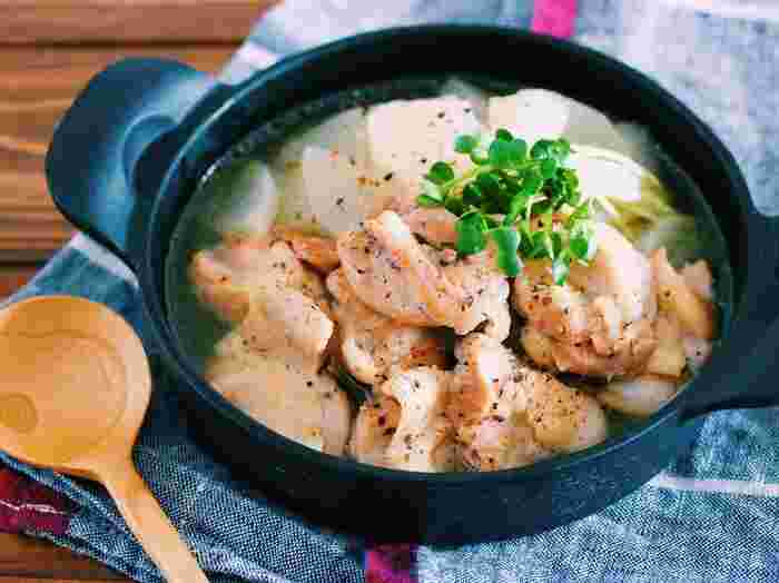 コトコト煮込んで甘味が増した大根を、旨味たっぷりの絶品スープと一緒に召し上がれ♪ 鶏もも肉は豚バラの薄切り肉やカレー用の豚肉でも代用可能です。