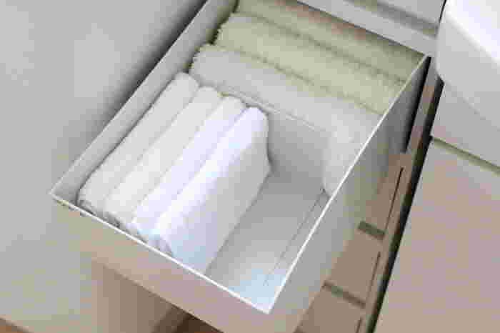 洗面所のタオルは清潔感のあるホワイトグレーのポリプロピレンケースに収納しましょう。中にブックエンドで仕切りを作れば、タオルの形が崩れることなく綺麗にしまっておけます。