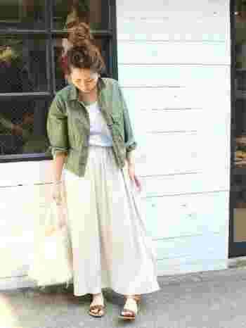 アイボリーのスカートでリゾートにも良さそうなコーディネートに。小物も天然素材で揃えて。