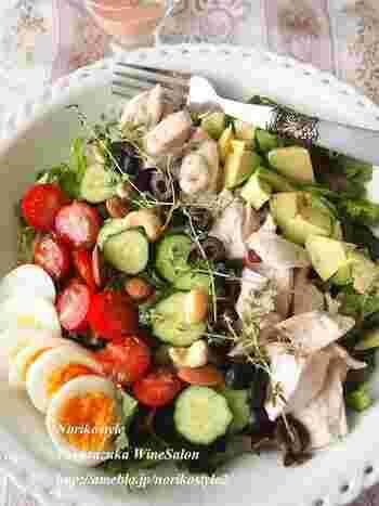 たんぱく質と野菜をしっかり摂れる、彩り豊かなコブサラダ。サラダチキンを作り置きしておけば、材料を切るだけ簡単。 野菜は噛みごたえがある大きさにカットして、よく噛んで食べられるようにすると満腹感を得やすくなりますよ。