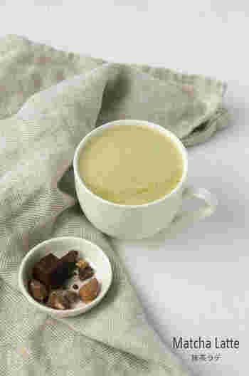 ヘルシーな豆乳、アーモンドミルクを使った抹茶ラテのレシピです。先に抹茶とお湯とハチミツをよく混ぜて溶かしておくのがポイント。