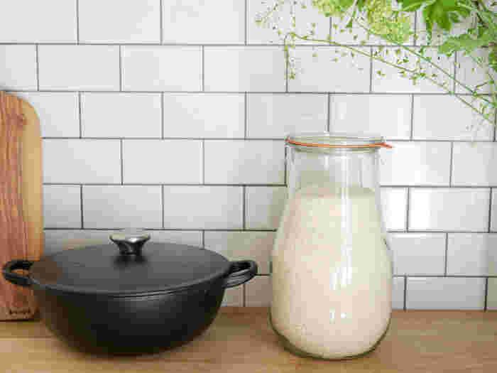 お米は空気に触れると乾燥してしまい、酸化が進んでしまうので、空気に触れる面積をなるべく少なくして保管します。市販の米びつや密閉容器に入れるとよいでしょう。ジップロックやペットボトルに入れてきちんと封をし、冷蔵庫で保管してもOK。