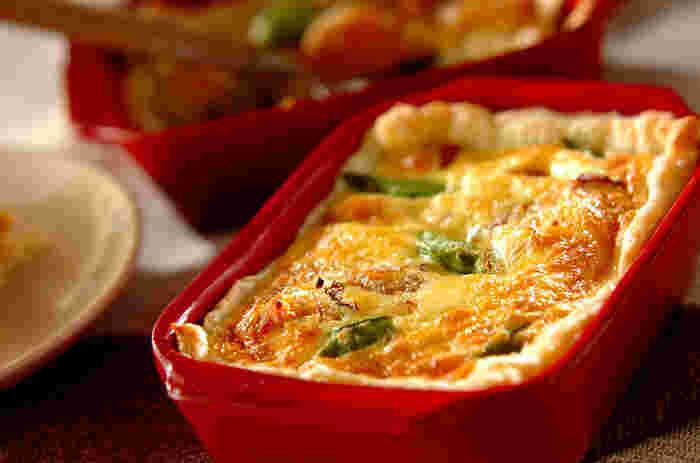 お弁当のおかずとしても人気の高いキッシュが、肉じゃがをリメイクして簡単に作ることができます。キッシュと肉じゃがの具材が似ているので納得のレシピです。